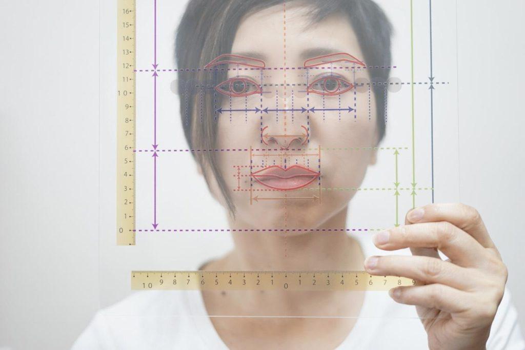 「顔分析フィルム」を使った印象分析に合うメイクレッスン