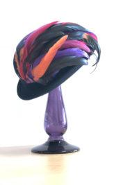 羽根つき帽子とお揃いカラータイツ